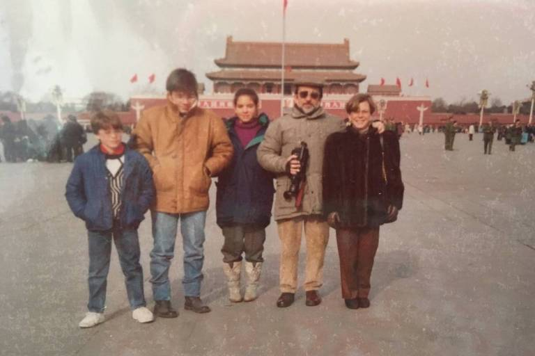 Adriana E. Abdenur (centro) junto à família em Pequim pouco após a chegada, em janeiro de 1989