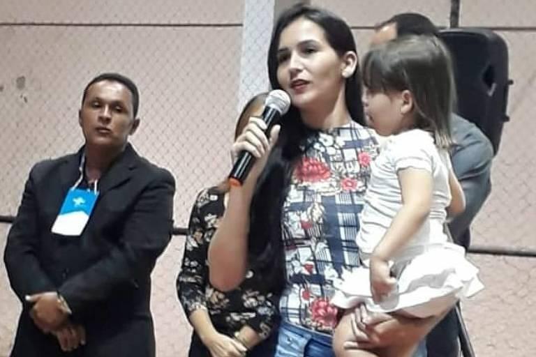 Dayane Maria dos Santos palestra, com a filha no colo, em São Sebastião (AL), no Ginásio de Esportes Municipal