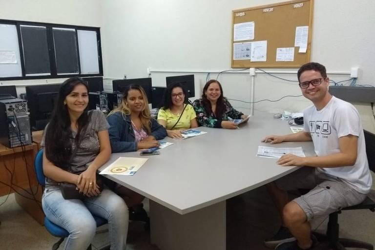 A partir da esq., Dayane Maria dos Santos (23), Nathamyres dos Santos Rodrigues Silva (30), Ana Carolina Araújo Magalhães (25), Ylana Louise Costa Souza (44) e o professor Mário de Souza, em um dos encontros do Empreenda Santander