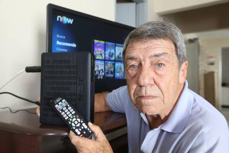 O administrador Claudio Mastrocola, 77 anos, em sua casa; ele conta que paga a mais para ter o serviço de vídeos da Net, mas reclama que os técnicos da operadora não conseguem fazer a instalação