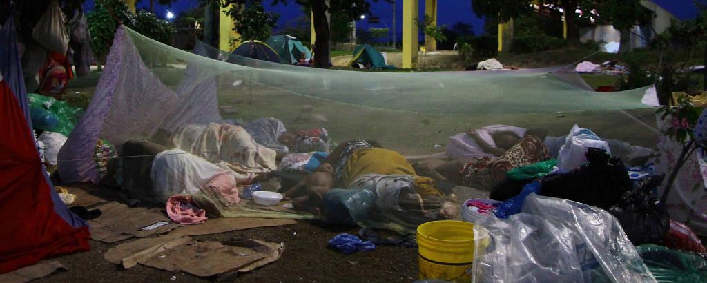 Venezuelanos dormem em acampamento montado em frente à rodoviária de Manaus