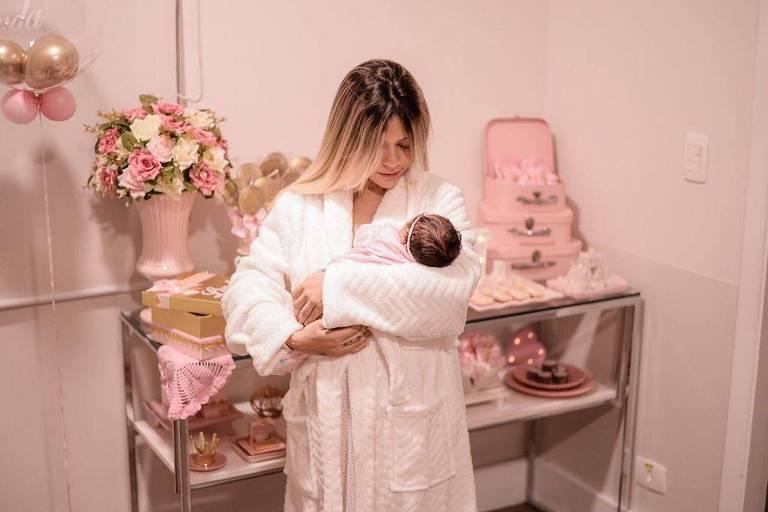 Mc Bella posa com a filha Linda