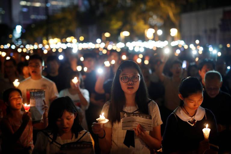 Manifestantes na vigília em Hong Kong, no Victoria Park, em homenagem aos 30 anos do massacre na Praça da Paz Celestial