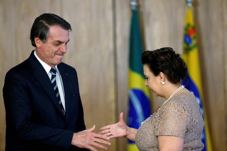 O presidente brasileiro, Jair Bolsonaro, cumprimenta Maria Teresa Belandria, embaixadora designada pelo líder oposicionista venezuelano Juan Guaidó, durante cerimônia em Brasília