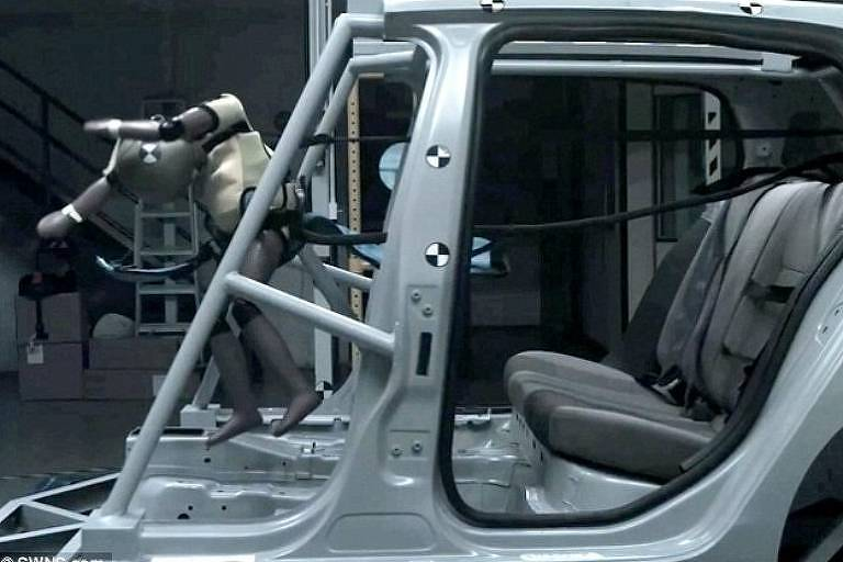Boneco representando criança em teste de batida de carro