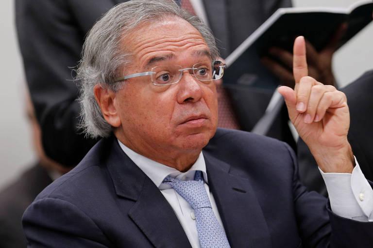 Paulo Guedes sério e com o dedo em riste