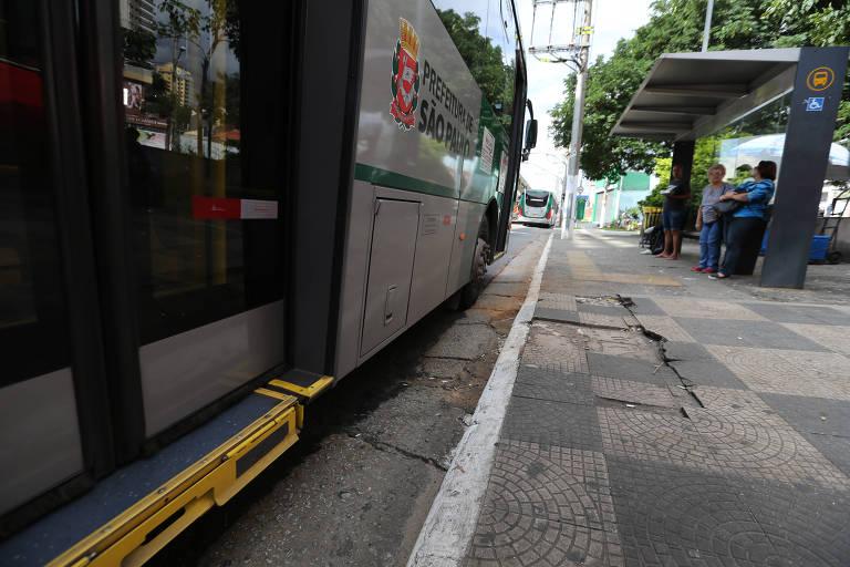 Ônibus passando em buraco na avenida Professor Luiz Ignácio Anhaia Mello, sentido Sapopemba, na zona leste de São Paulo