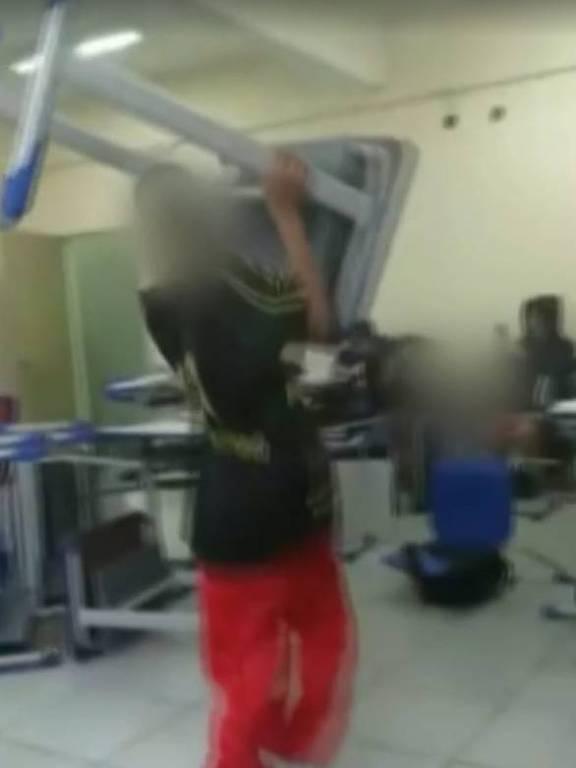 Alunos filmados atirando objetos na direção da professora