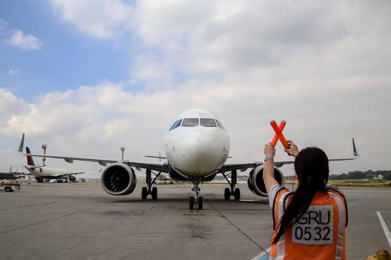 Procon-SP multa aéreas por cobrança antecipada de assento em voo
