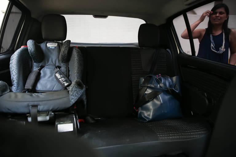Carro com cadeirinha para criança