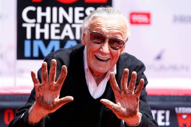 Stan Lee após marcar suas mãos em cimento em teatro de Los Angeles