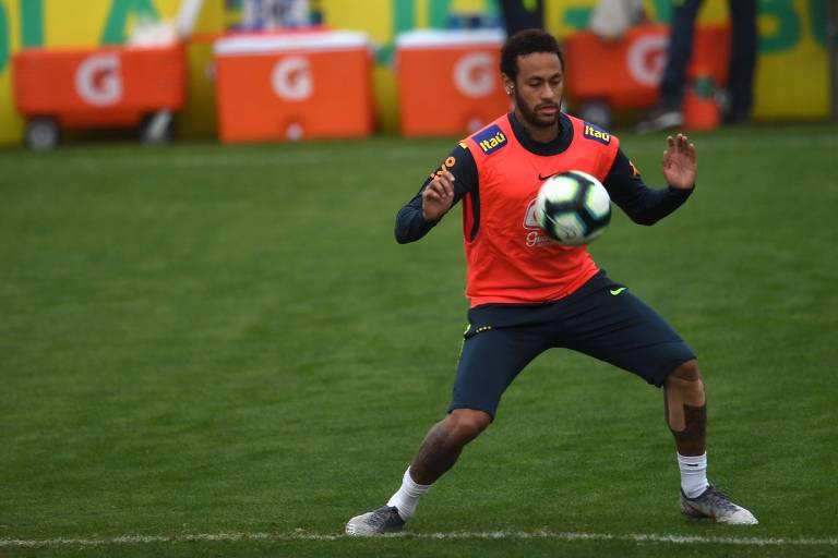 Neymar domina a bola no peito durante treino da seleção em Teresópolis