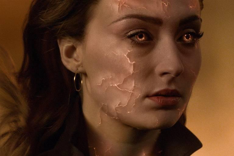 Mulher com rosto distorcido em cena do filme