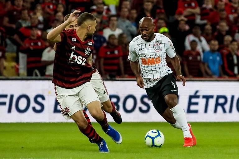 Com a bola dominada, o atacante Vagner Love parte para cima de Pará durante o duelo entre Timão e Fla, no Maracanã