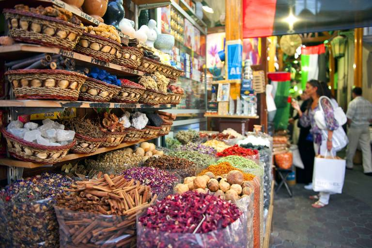 """Banca do """"spice souk"""", mercado de temperos de Dubai"""