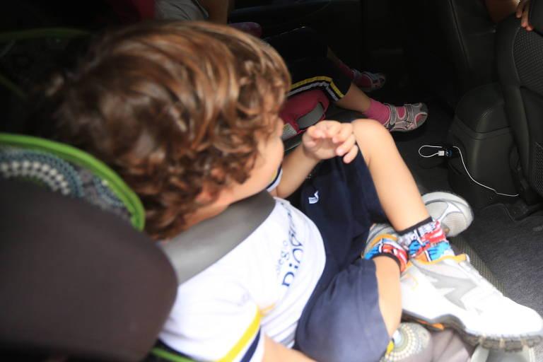 Criança em cadeirinha dentro de carro em SP