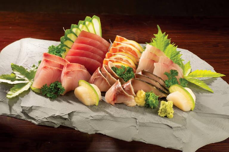 Sashimi de atum, salmão, beijupirá, olho-de-boi, robalo e outros tipos de peixes servido no J1