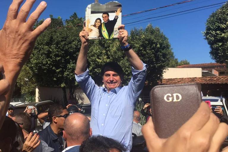 Presidente Jair Bolsonaro (PSL) cumprimenta apoiadores em Barra do Garças (MT)