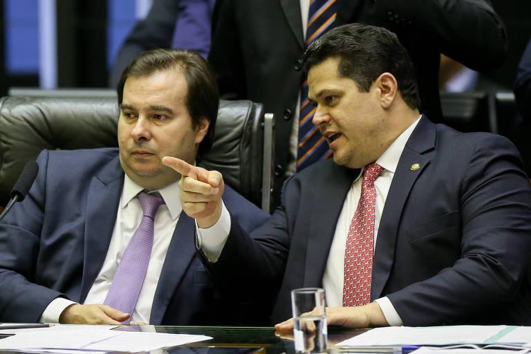 Deputado Rodrigo Maia, presidente da Câmara dos Deputados, com o presidente do Senado, Davi Alcolumbre, durante sessão de votação da PEC do Orçamento impositivo