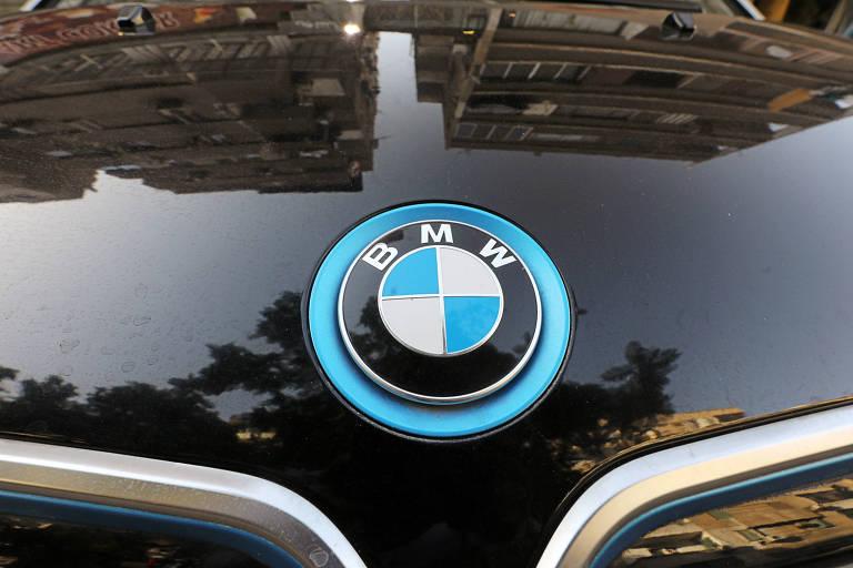 Logo da BMW em carro no Egito