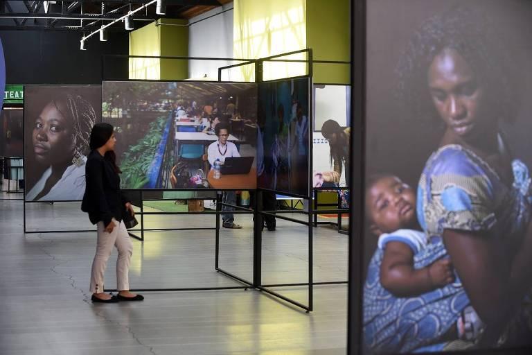 Visitante observa fotografias expostas em 'Mulheres Negras', coletiva em cartaz no Salão de Exposições da Biblioteca Monteiro Lobato, em Guarulhos