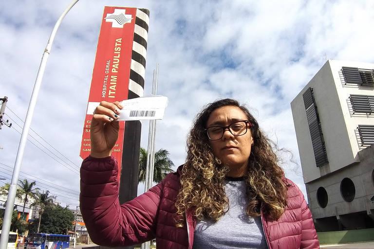 A atendente Kezia Rayane Soares da Silva, 27 anos, reclama da falta de previsão do Hospital Santa Marcelina do Itaim Paulista para que o cateterismo de sua mãe, Carmen Leda Soares, 57 anos, seja feito