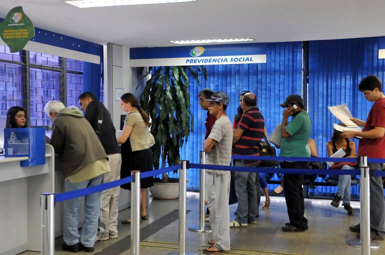 Segurados do INSS em posto de atendimento para fazer perícias médicas, pedir revisão de benefícios ou auxílio-doença
