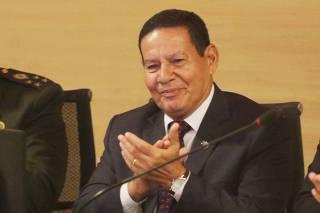 Vice-presidente Hamilton Mourão recebe título de cidadão recifense.