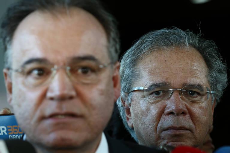 O ministro da Economia, Paulo Guedes (atrás) e o relator da reforma da Previdência na Comissão Especial, deputado Samuel Moreira