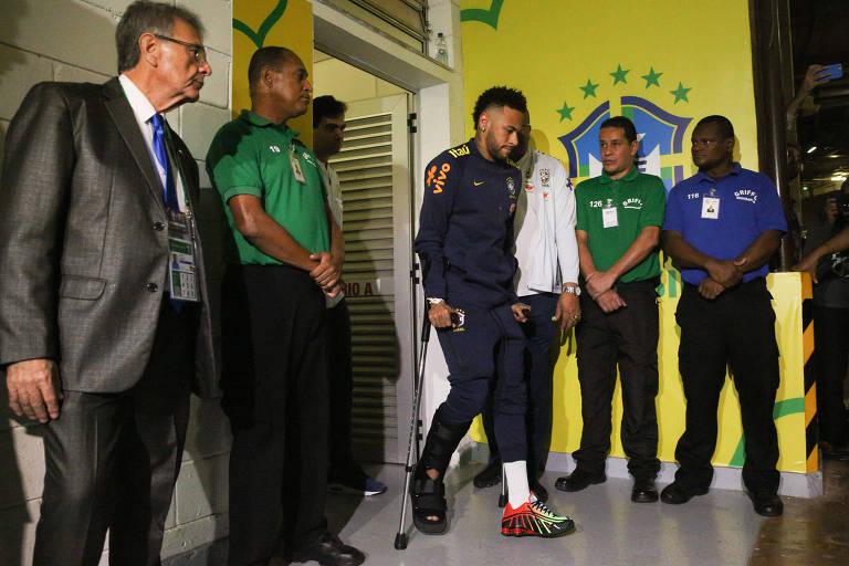 Neymar deixa o vestiário do estádio Mané Garrincha após contusão durante o amistoso entre as seleções de Brasil e Qatar