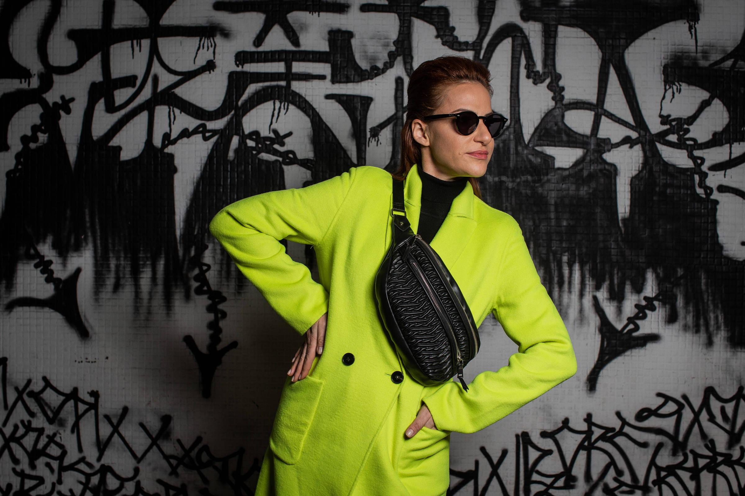 8f10e5d73f F5 - Estilo - Com cores neon e casaco pelúcia