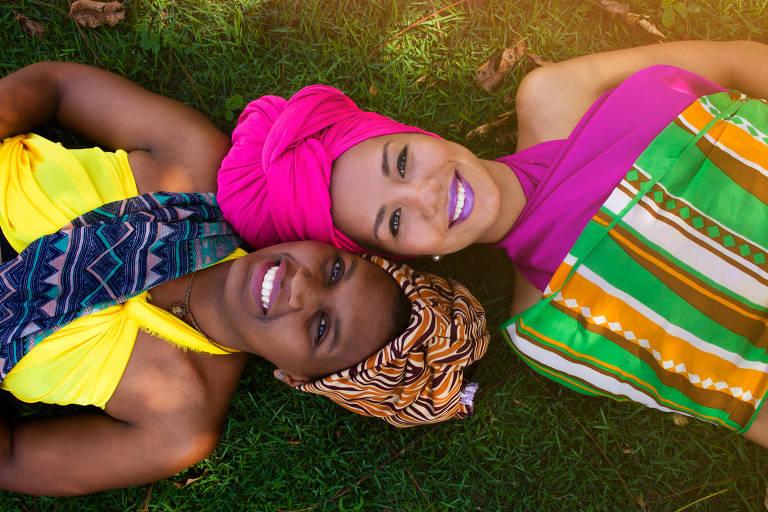"""Raísa Amaral, 27, e Denise Teófilo, 25, criadoras do projeto Adeola, que busca """"afrobetizar"""" jovens"""