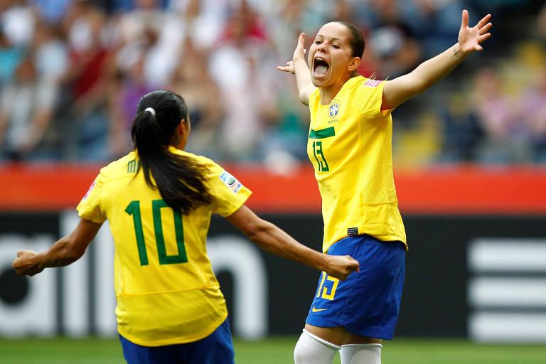 Erika comemora com Marta gol do Brasil sobre a Guiné Equatorial no Mundial de 2011