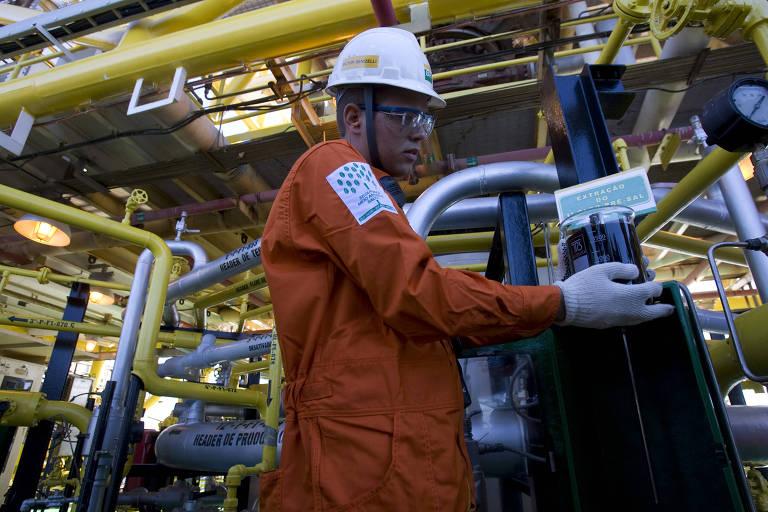 Operário no posto de extração de petróleo da camada pre-sal, no navio plataforma p-34 FPSO Juscelino Kubistchek, próximo a Vitoria, no Espirito Santo