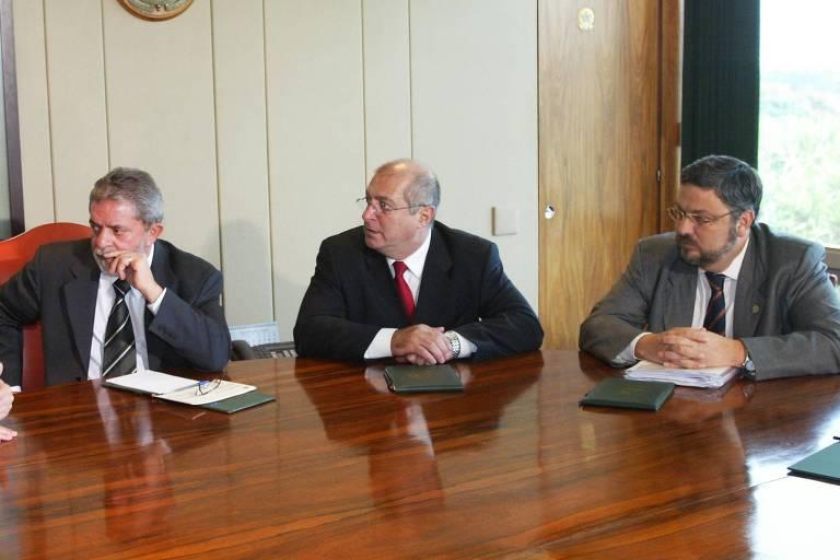 Lula com os à época ministros Paulo Bernardo e Antonio Palocci, em Brasília, em 2006