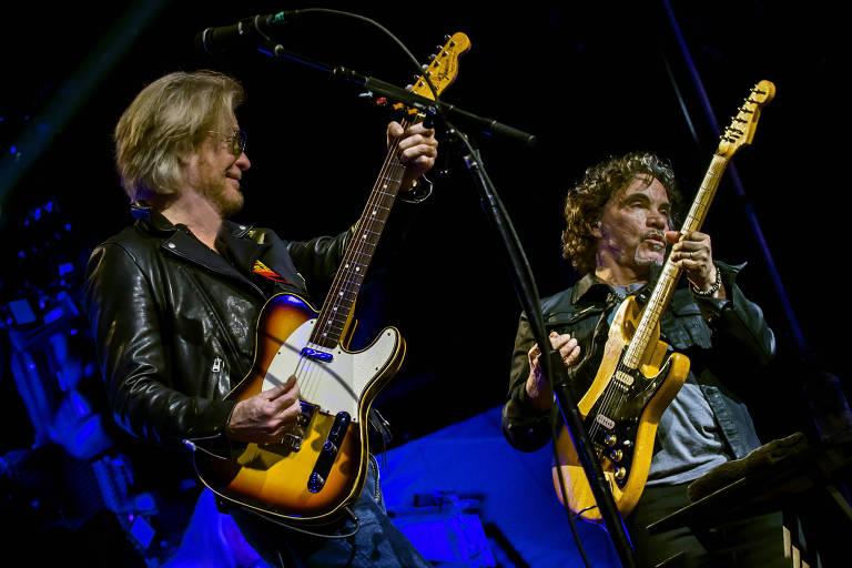 dois homens com guitarra
