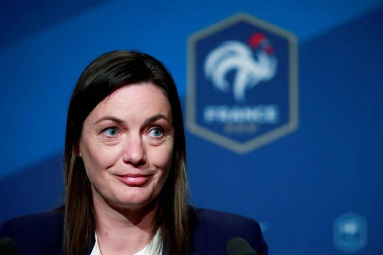 A técnica Corinne Diacre em entrevista coletiva da seleção francesa em Paris