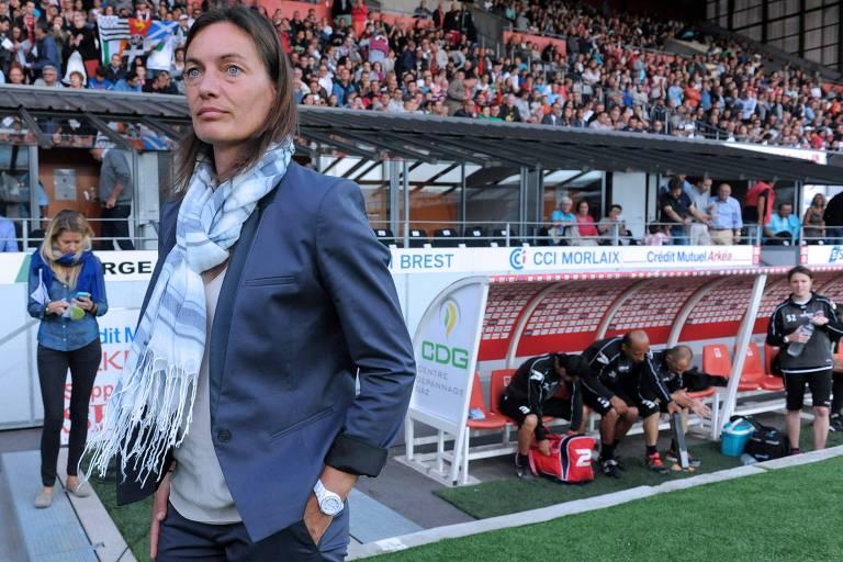 A treinadora no comando do Clermont Foot, na segunda divisão francesa, em 2014
