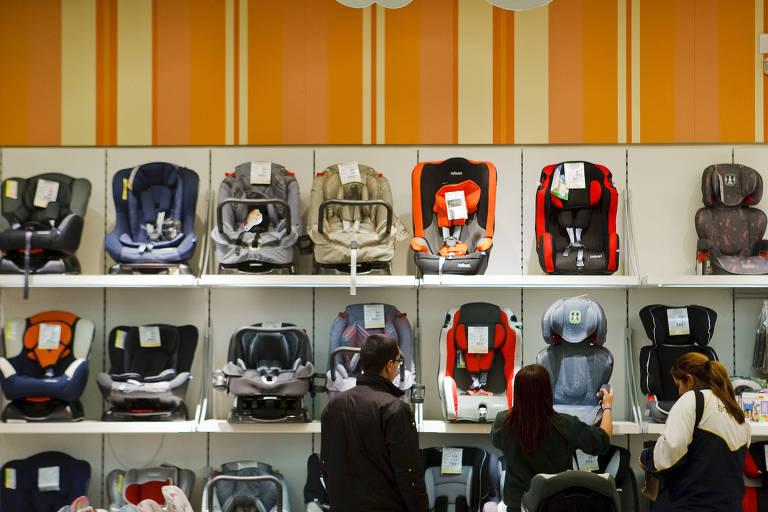 Consumidores escolhem cadeirinhas infantis para uso em carro
