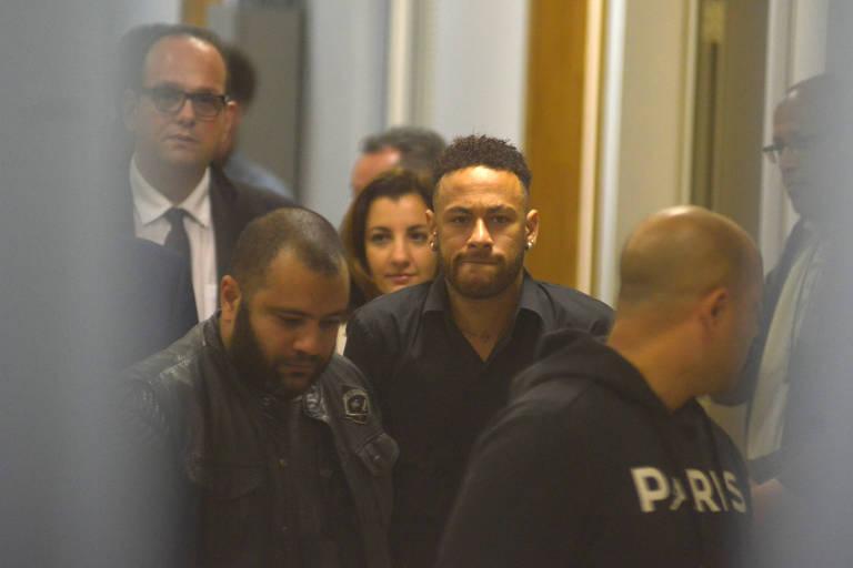 Neymar deixa a delegacia após prestar depoimento no Rio de Janeiro