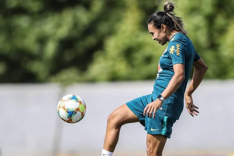 86d40aa49a84e Marta durante treino da seleção brasileira durante preparação para a Copa do  Mundo de 2019
