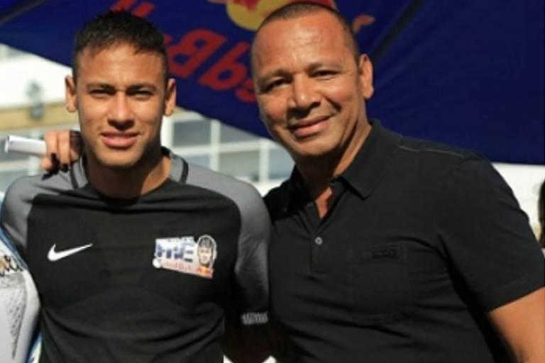 O atacante Neymar posa com seu pai no seu instituto, na Praia Grande