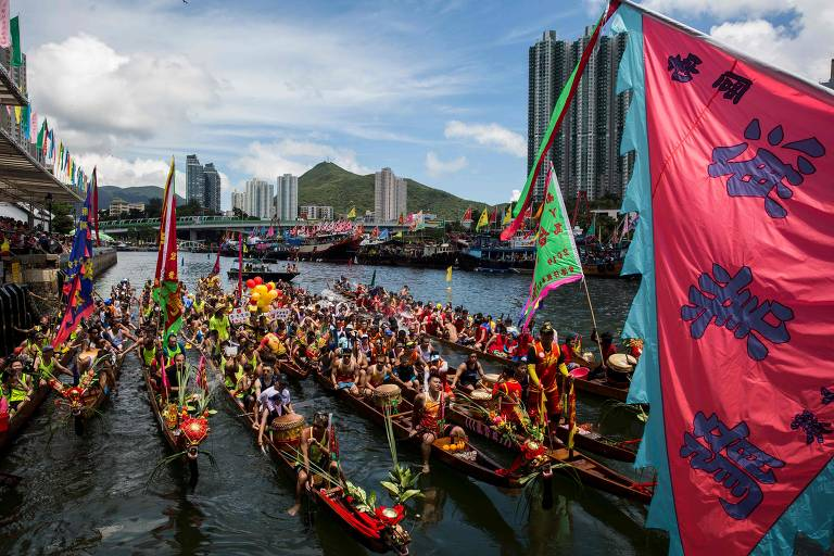 Barcos são enfeitados com flores e cabeças de dragões para festival anual