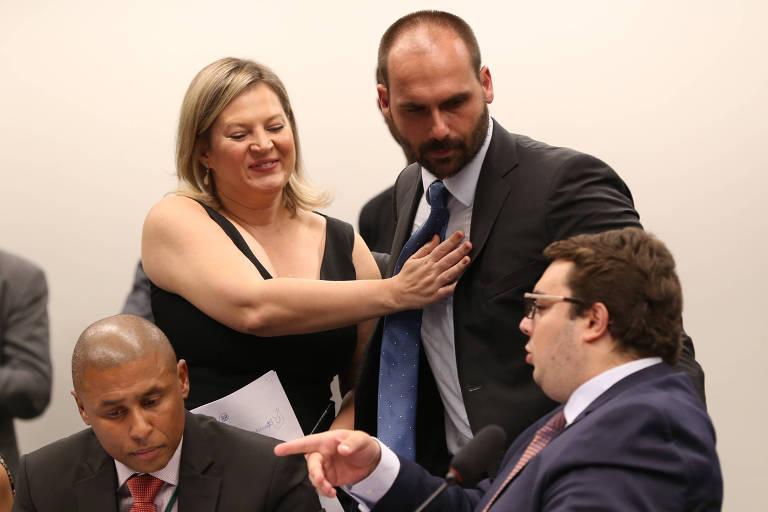 A deputada Joice Hasselmann (SP), ao lado dos colegas de PSL Eduardo Bolsonaro (SP) e, de óculos, Felipe Francischini (PR)