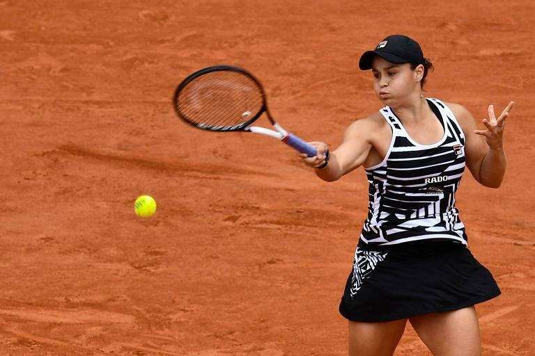 Ashleigh Barty rebate uma bola na vitória sobre Amanda Anisimova, pela semifinal