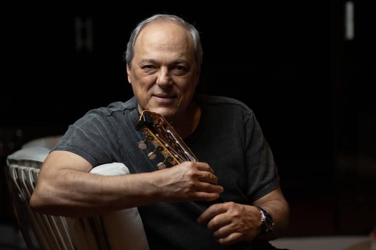 O cantor Toquinho durante entrevista no seu apartamento, em São Paulo