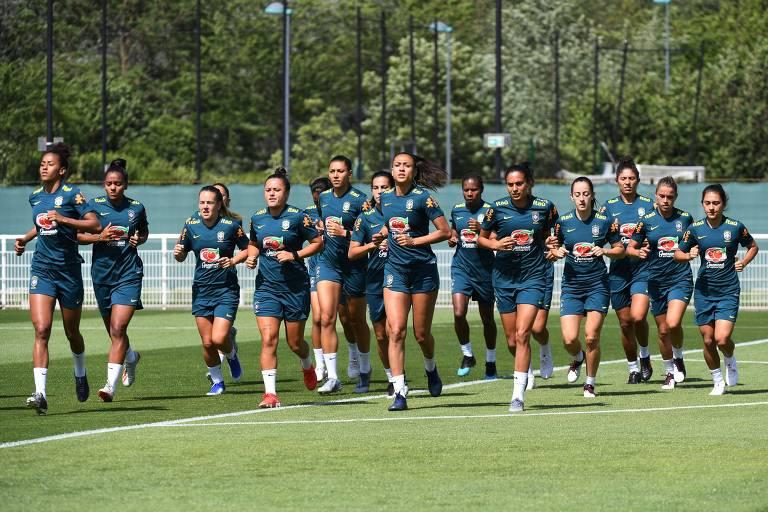 Jogadoras da seleção brasileira feminina durante treino na França