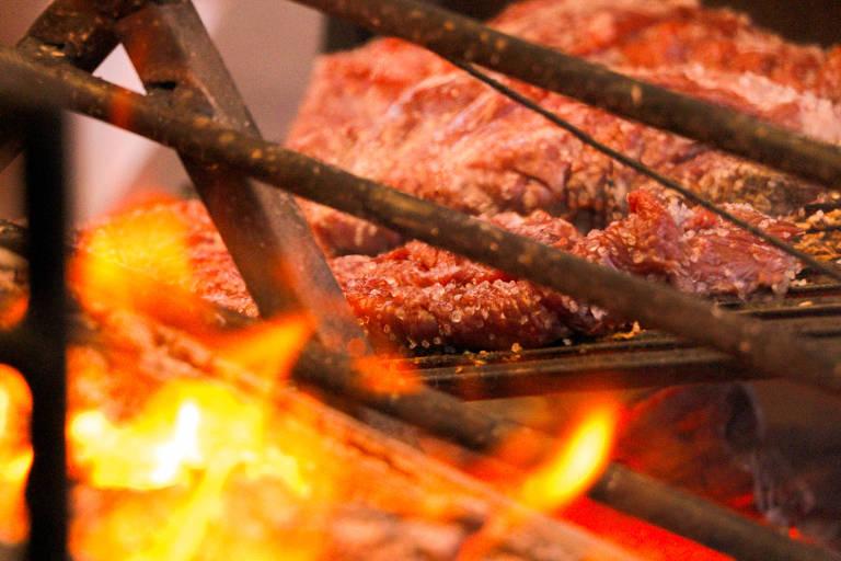 Carne na brasa no evento Assadores e Degusta
