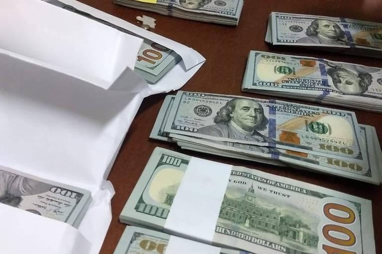 Doláres empilhados em cima d euma mesa
