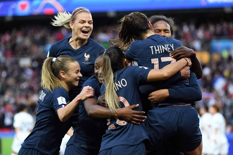 Francesas comemoram gol na vitoria sobre a Coreia do Sul, no estádio Parque dos Príncipes, em Paris